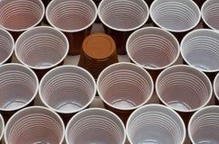Чашки Брауна пластиковые стоковые фото