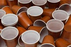 Чашки Брауна пластиковые стоковое фото rf