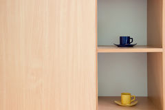 2 чашки в шкафе с светлой древесиной Стоковая Фотография