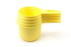 чашки измеряя желтый цвет стоковое изображение