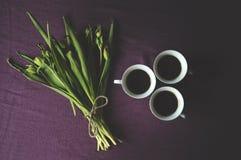 3 чашки и букет зеленых тюльпанов Стоковое Изображение RF