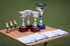 Чашки и вознаграждения на таблице стоковая фотография rf