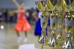 Чашки и награды в танцах бального зала Стоковое Изображение RF