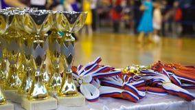 Чашки и награды в танцах бального зала сток-видео