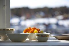 Чашки и плиты фарфора на предпосылке окна Стоковая Фотография RF