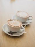 2 чашки капучино на таблице Стоковое Фото