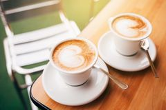 2 чашки капучино с искусством latte Стоковое Изображение RF
