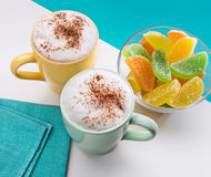 2 чашки капучино с помадками циннамона и студня Стоковые Фото