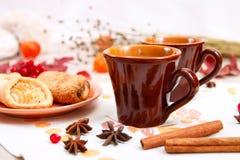 2 чашки коричневой глины с чаем на белой салфетке белья Печенья масла с вареньем и тортом плода с творогом на r стоковая фотография rf