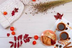 2 чашки коричневой глины с чаем на белой салфетке белья Умаслите печенья и торт с творогом на круглой плите VIB стоковые изображения