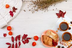 2 чашки коричневой глины с чаем на белой салфетке белья Умаслите печенья и торт с творогом на круглой плите VIB стоковое фото rf