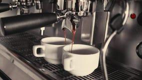 2 чашки кофе будучи политым от профессиональной машины эспрессо Конец-вверх Концепция кофе делая, обслуживание акции видеоматериалы