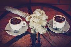 2 чашки кофе и белых тюльпаны Стоковые Фотографии RF