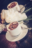 2 чашки кофе и белых тюльпаны Стоковые Изображения RF