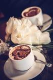 2 чашки кофе и белых тюльпаны Стоковое фото RF