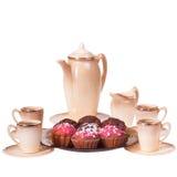 Обслуживание и булочки кофе на плите на изолированной белизне Стоковые Фото