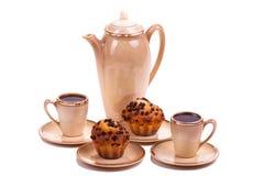 Обслуживание и булочки кофе на плите на изолированной белизне Стоковое фото RF