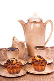 Обслуживание и булочки кофе на плите на изолированной белизне Стоковые Фотографии RF