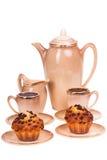 Обслуживание и булочки кофе на плите на изолированной белизне Стоковые Изображения