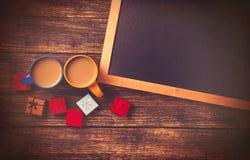 2 чашки кофе и подарка Стоковая Фотография RF