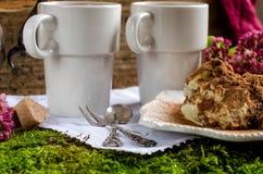 2 чашки кофе и тирамису десерта Стоковые Изображения