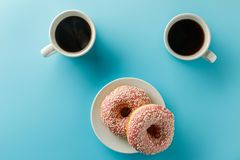 2 чашки кофе и donuts скопируйте космос Взгляд сверху стоковая фотография rf