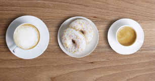 2 2 чашки кофе и donuts Стоковые Фото