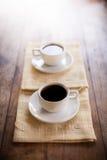2 чашки кофе на коричневой салфетке Стоковая Фотография