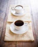 2 чашки кофе на коричневой салфетке Стоковая Фотография RF