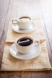 2 чашки кофе на коричневой салфетке Стоковое Изображение