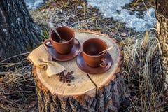 2 чашки кофе на пне Стоковая Фотография RF