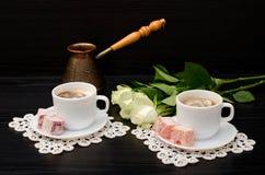 Чашки кофе пары с молоком, Cezve, восточными помадками Стоковое Изображение RF