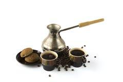 2 чашки кофе при печенья и турок изолированные на белизне Стоковая Фотография RF