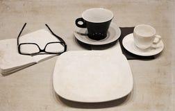 чашки кофе, стекла, пустая плита Стоковое Изображение RF