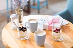 Чашки кофе стоя на таблице Стоковые Фотографии RF