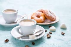 2 чашки кофе с cream и домодельными donuts Стоковое Изображение RF