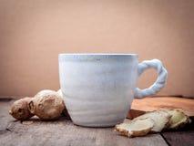 Чашки малой глубины чая имбиря поля настроили деревянное backgrou Стоковая Фотография