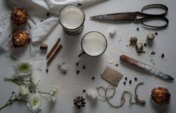 Чашки молока и югурта, торт, ваниль, хризантема на таблице Взгляд сверху Стоковая Фотография RF