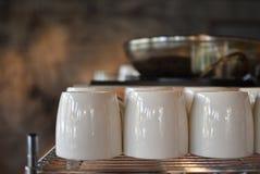 Чашки на полке Стоковое Изображение