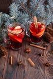 2 чашки пряного чая Ветви сосны и горячий чай на деревянной предпосылке красный чай стекло состава рождества bauble голубое Стоковые Фото