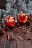 2 чашки пряного чая Ветви сосны и горячий чай на деревянной предпосылке красный чай стекло состава рождества bauble голубое Стоковая Фотография RF
