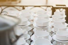 Чашки супа и белые плиты помещены на таблице для послуженный Стоковое Фото