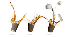 Чашки с брызгать изолированную жидкость кофе на белой предпосылке Стоковое Изображение RF