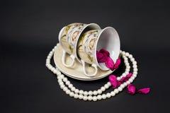 2 чашки с жемчугами и лепестками розы Стоковое Изображение