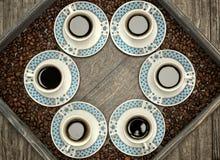 Чашки с кофе, картиной и идеей проекта Стоковые Изображения