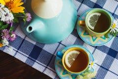Чашки травяного чая с листьями стоцвета и мяты на деревянной предпосылке Стоковые Фотографии RF