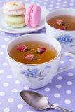 Чашки травяного чая с macaroons на полотенце точки польки Стоковое фото RF