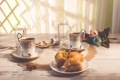2 чашки турецкого кофе и бахлавы тонизировали изображение Стоковая Фотография RF