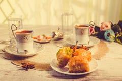 2 чашки турецкого кофе и бахлавы тонизировали изображение Стоковое фото RF
