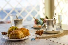 2 чашки турецкого кофе и бахлавы Стоковое Изображение